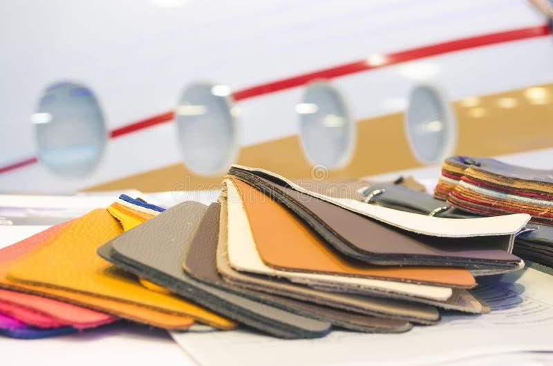 Amostras de couro naturais de estofamento com costura em várias cores imagens de stock royalty free