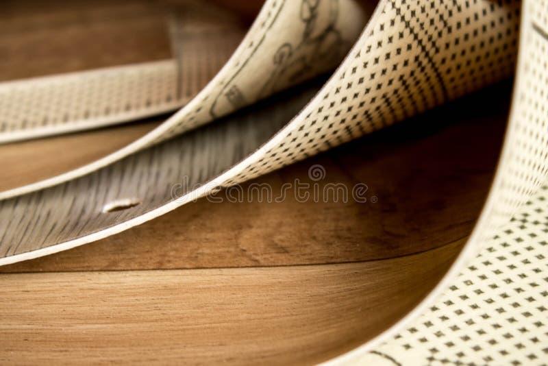 Amostras de linóleo Corte e colocação dos revestimentos para pavimento imagem de stock royalty free
