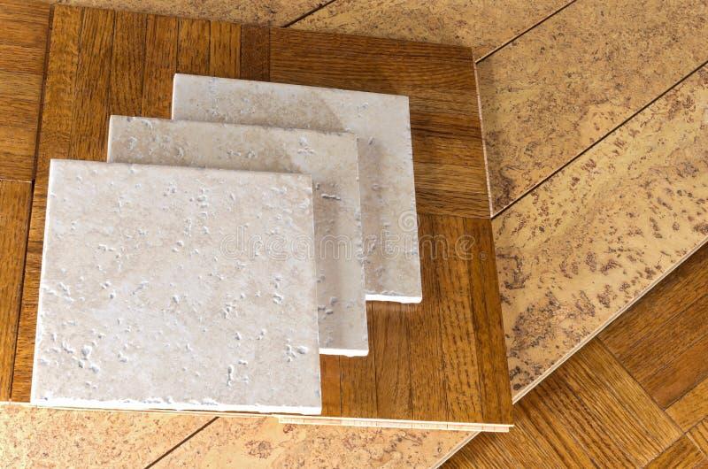 Amostras de revestimento de madeira, de cortiça e de telha fotografia de stock