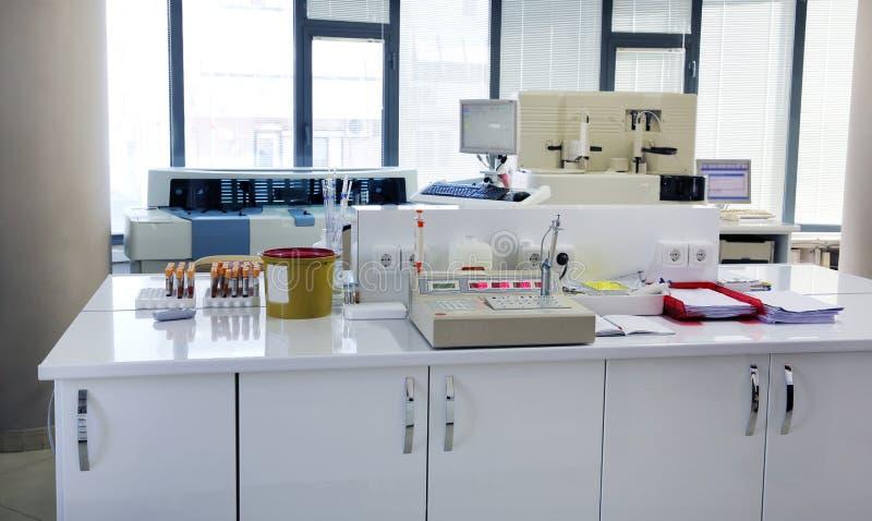 Amostras de sangue dos testes no laboratório foto de stock