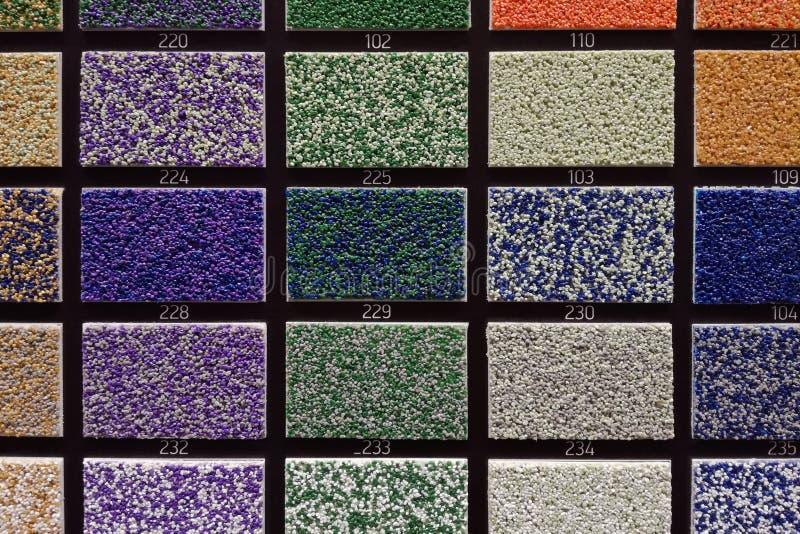 amostras Multi-coloridas de placa de gesso para a decoração interior na loja dos materiais de construção foto de stock royalty free