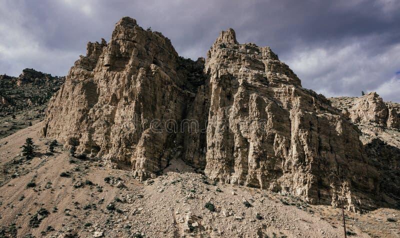 Amounous chmurnieje nad big horn skałami zdjęcia royalty free