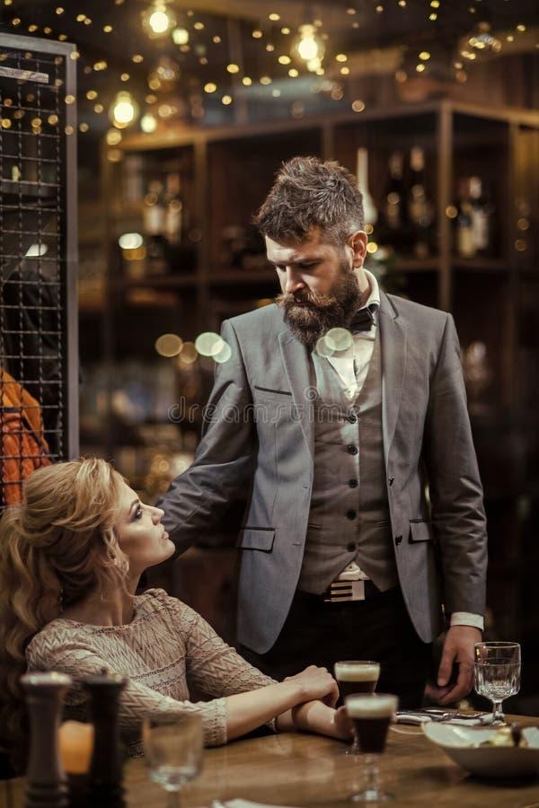Amour à la première vue Rassemblement, proposition et anniversaire premier rassemblement d'homme barbu et de femme blonde sensuel image stock