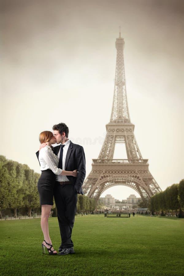 Amour à Paris image libre de droits