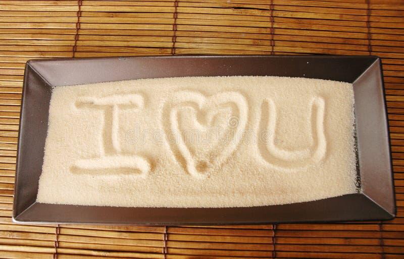 Amour écrit sur le sable photographie stock libre de droits