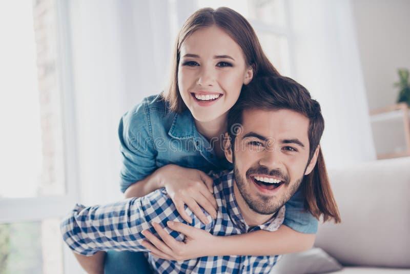 Amour, amitié, confiance, bonheur Beaux couples de jeune lo image libre de droits