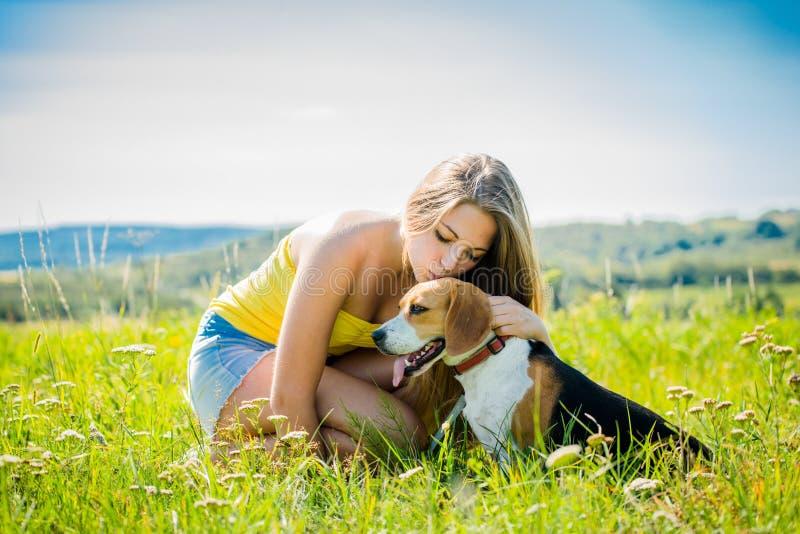 Amour au chien photo libre de droits