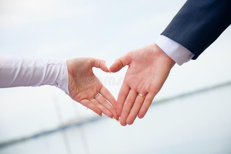 Amour au coeur. Les mains ont effectué le symbole image stock