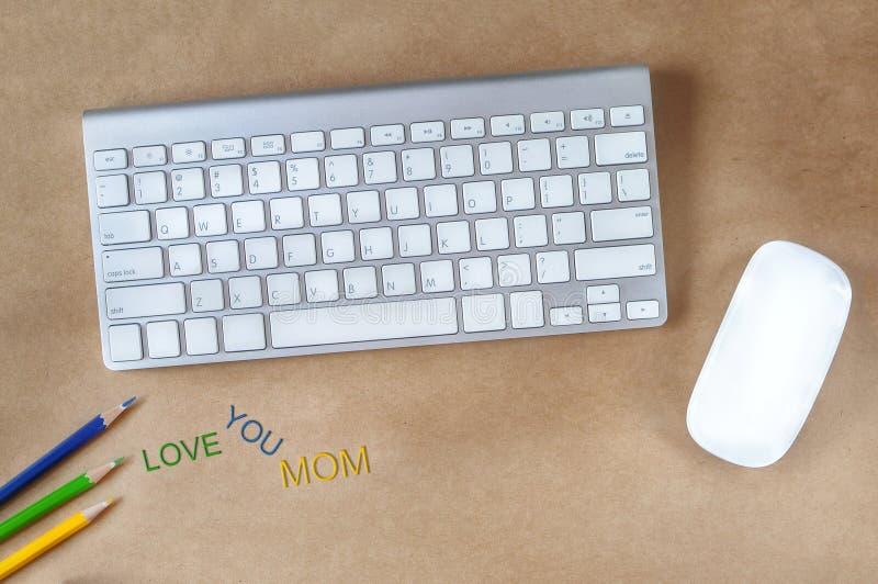 Amour coloré vous mots de maman sur le bureau fonctionnant photographie stock libre de droits