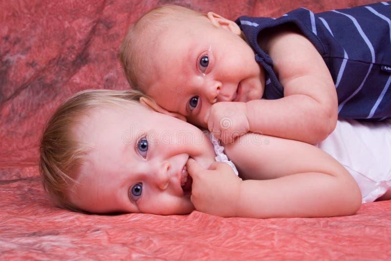 Amour d'enfant de mêmes parents photo libre de droits