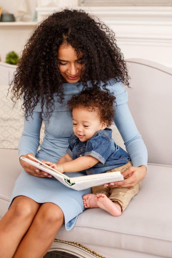 Amour d'une mère et d'un bébé Famille à la maison lifestyle photographie stock libre de droits