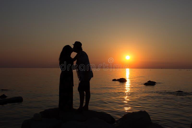 Amour dans le coucher de soleil photographie stock