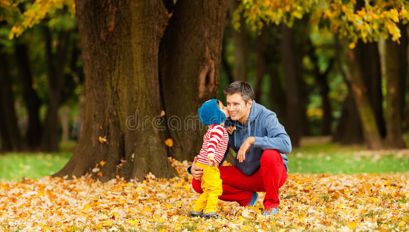 Amour de famille d'automne images libres de droits