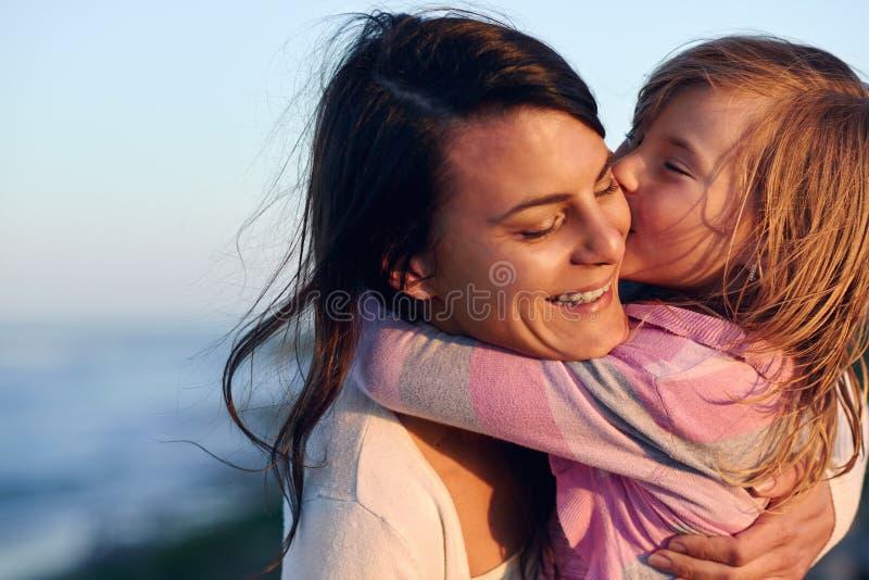 Amour de fille de mère images libres de droits