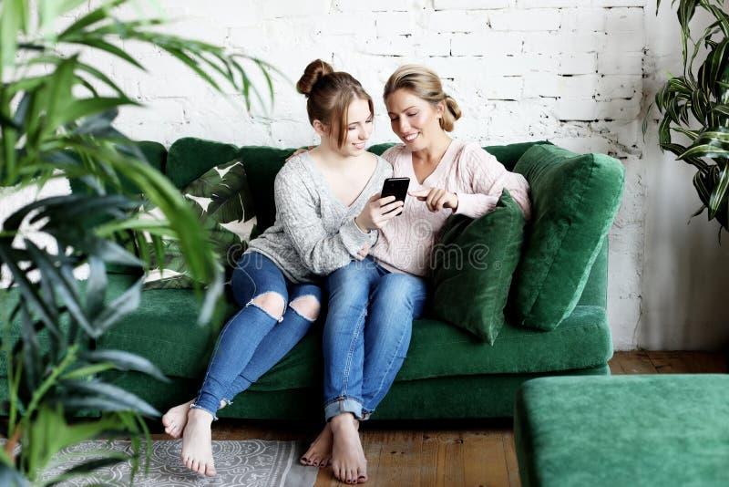 Amour de mère et de descendant Femme adulte et jeune femme empilant des mains dans le signe de coeur regardant l'appareil-photo photos libres de droits