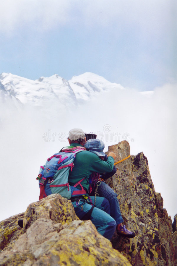 Download Amour de sommet photo stock. Image du couples, nuages, montagne - 67972