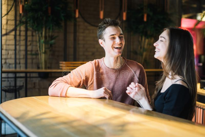 Amour de thème et jour de valentines de vacances couples des étudiants universitaires ensemble en hiver hétérosexuel caucasien d' photo stock