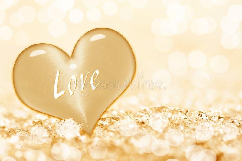 Amour de Word écrit sur un coeur d'or, fond brillant images stock