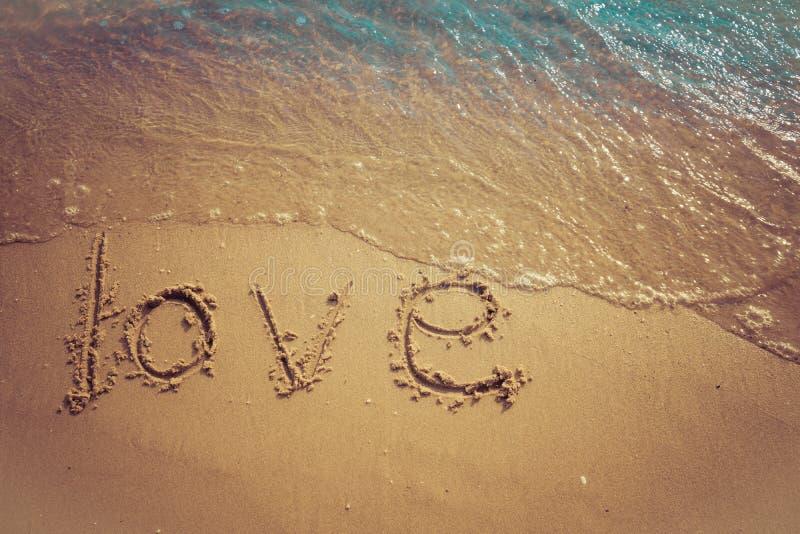 Amour et concept de valentine Mots d'amour écrits dans le sable sur la plage chez Rayong, Thaïlande photos stock
