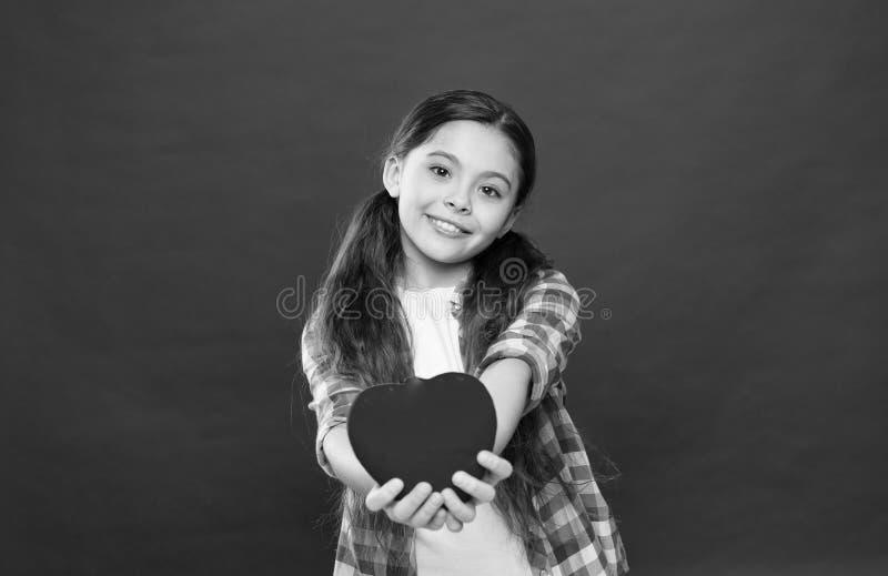 Amour et concept romantique de sentiments Attribut rouge de coeur de valentine Cadeau ou pr?sent de coeur Salutation du coeur sin photos libres de droits