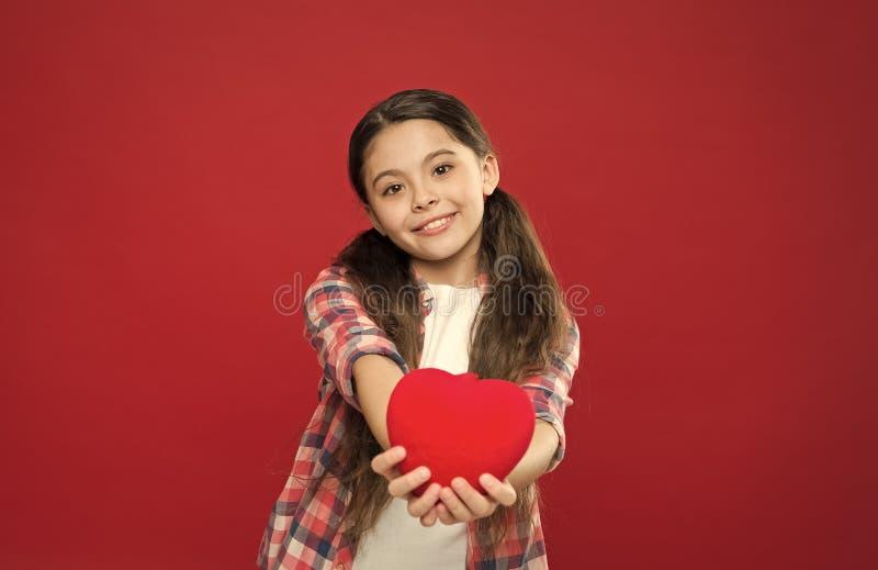 Amour et concept romantique de sentiments Attribut rouge de coeur de valentine Cadeau ou pr?sent de coeur Salutation du coeur sin photo libre de droits
