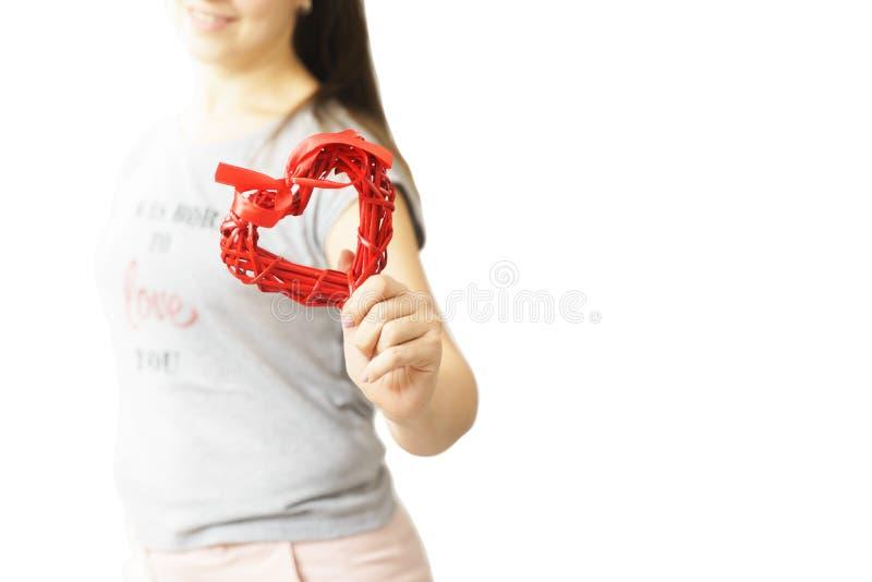 Amour et femme de jour de valentines tenant le coeur image stock