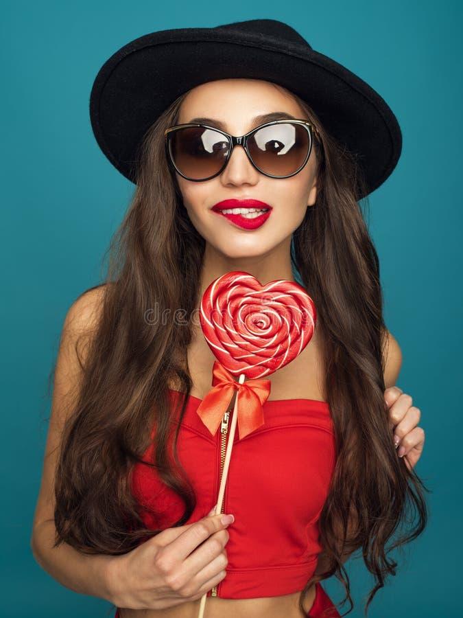 Amour et jour de valentines, femme avec le sourire astucieux tenant le coeur image libre de droits