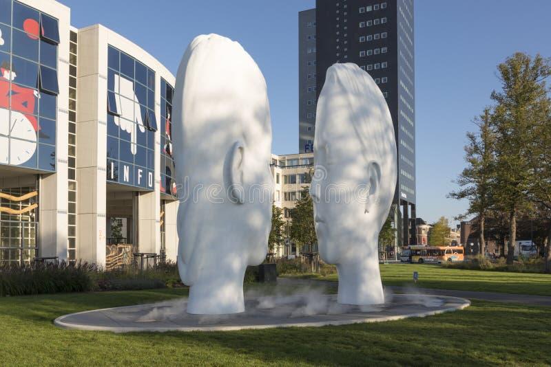 Amour, fontaine par Jaume Plensa à Leeuwarden, Pays-Bas photographie stock libre de droits