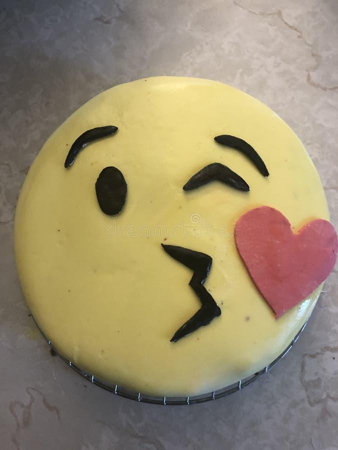 Amour heureux de gâteau de joyeux anniversaire photographie stock