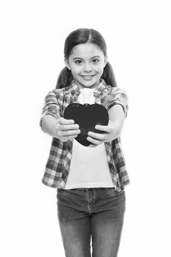 Amour mignon de symbole de coeur de prise d'enfant de fille C?l?brez le jour de valentines Amour et concept romantique de sentime photos libres de droits