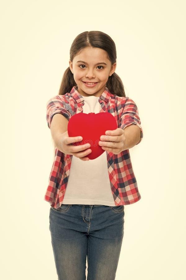Amour mignon de symbole de coeur de prise d'enfant de fille C?l?brez le jour de valentines Amour et concept romantique de sentime image stock