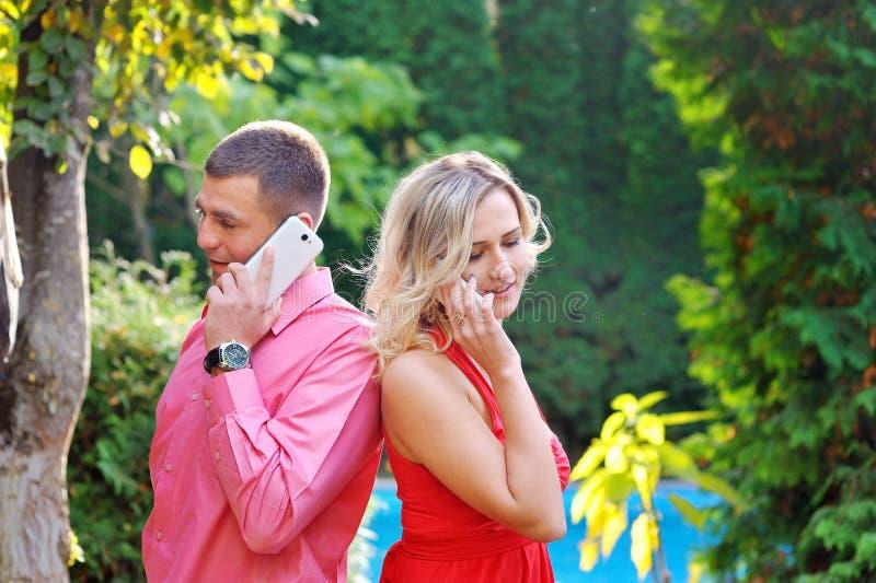 Amour parlant au téléphone photographie stock