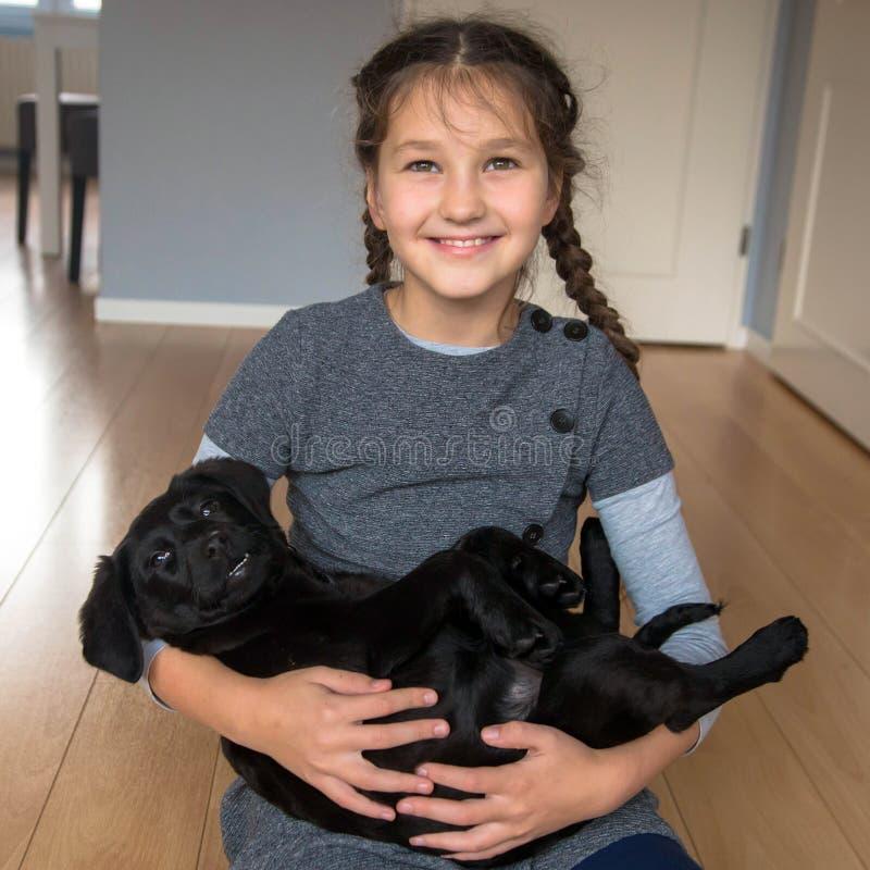 Amour pour le concept d'animaux Animal familier et enfant photographie stock