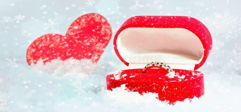 amour, proposition, jour de valentines et concept de vacances - fermez-vous du boîte-cadeau avec la bague de fiançailles de diama photos stock