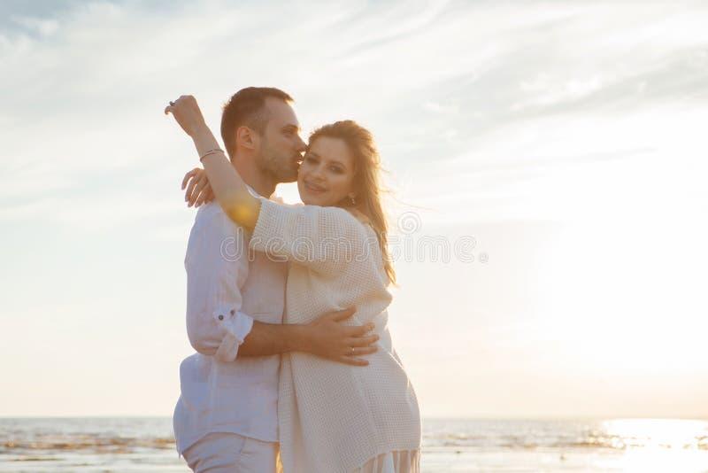 Amour, roman, promenade Portrait bien aéré de beaux couples embrassant sur le fond de la mer de coucher du soleil, de la plage sa photos stock