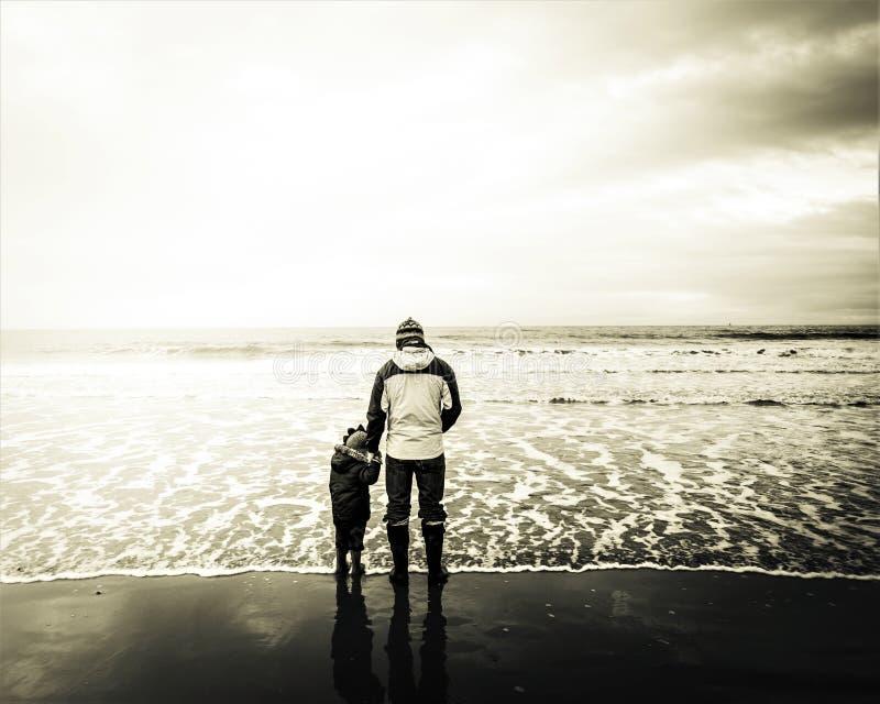 Amour sans conditions par la mer photographie stock libre de droits
