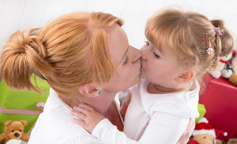 Amour sans conditions - un baiser - mère et fille photographie stock