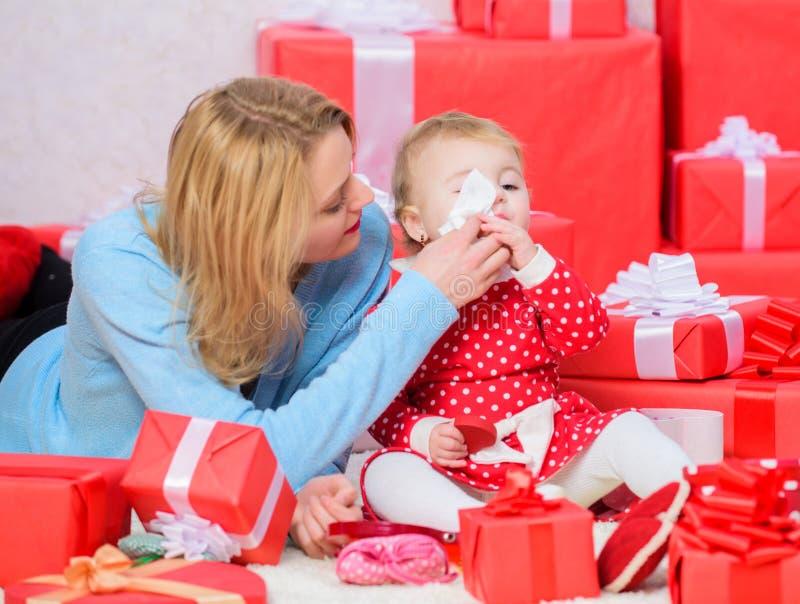 Amour sans fin Condition parentale comme défi et accomplissement Jeu de mère avec la fille mignonne d'enfant en bas âge de bébé A image stock