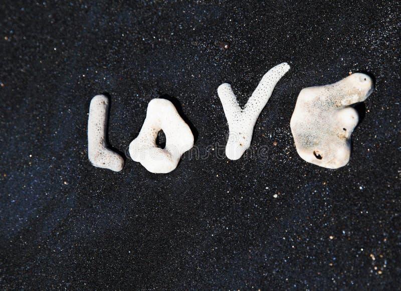 Amour sur le sable image stock