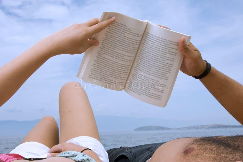 Amoureux affichant un livre   image stock