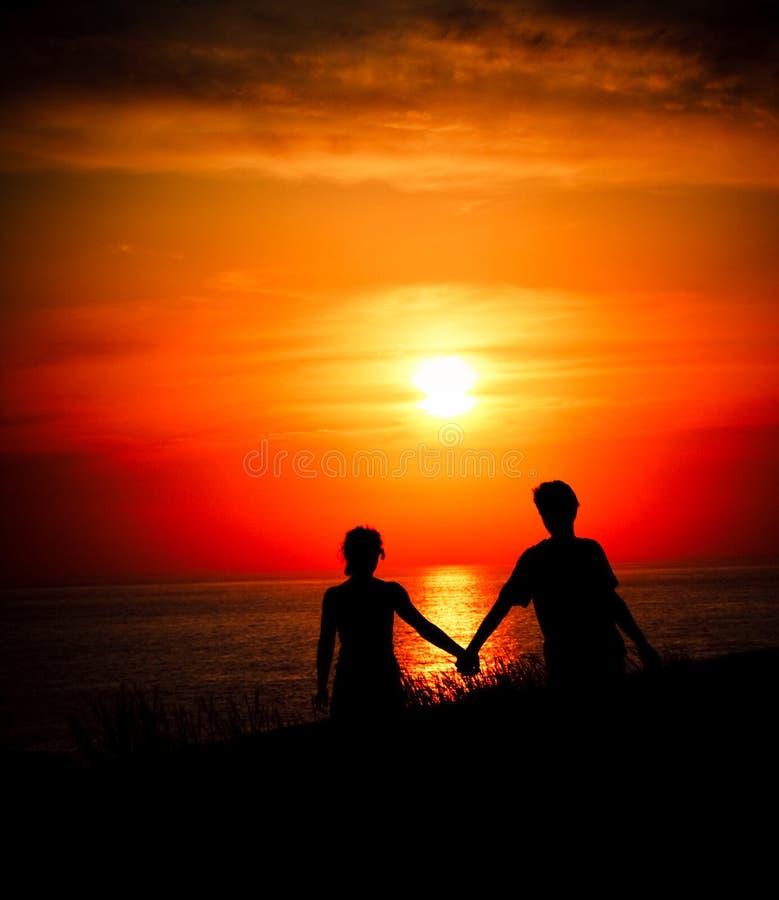 Amoureux au coucher du soleil photographie stock