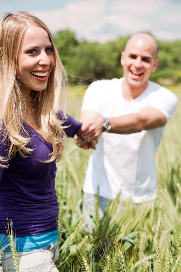 Amoureux dans la ferme photos libres de droits