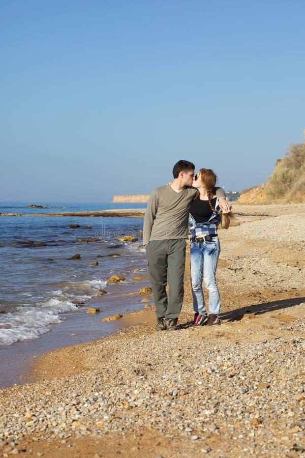 Amoureux de remorquage sur la plage image stock