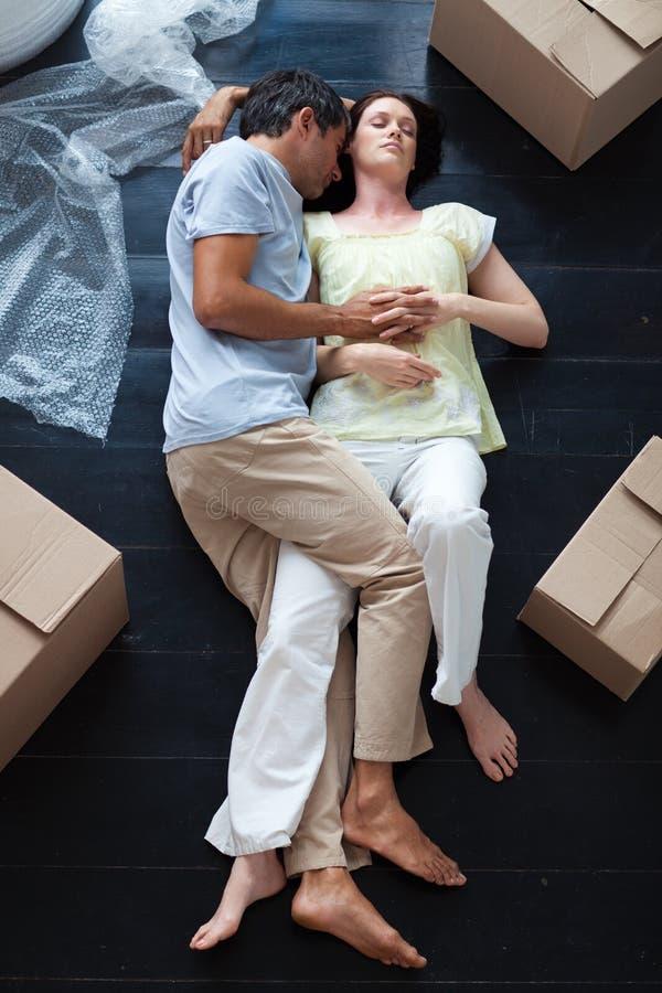 Amoureux dormant sur l'étage photo stock