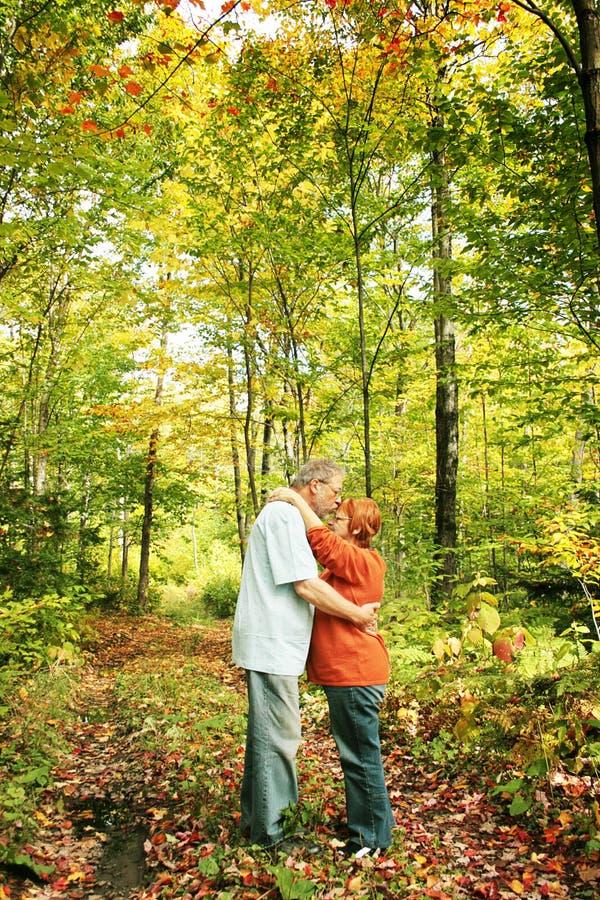 Amoureux en automne photo libre de droits