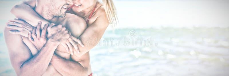 Amoureux heureux à la plage photo libre de droits