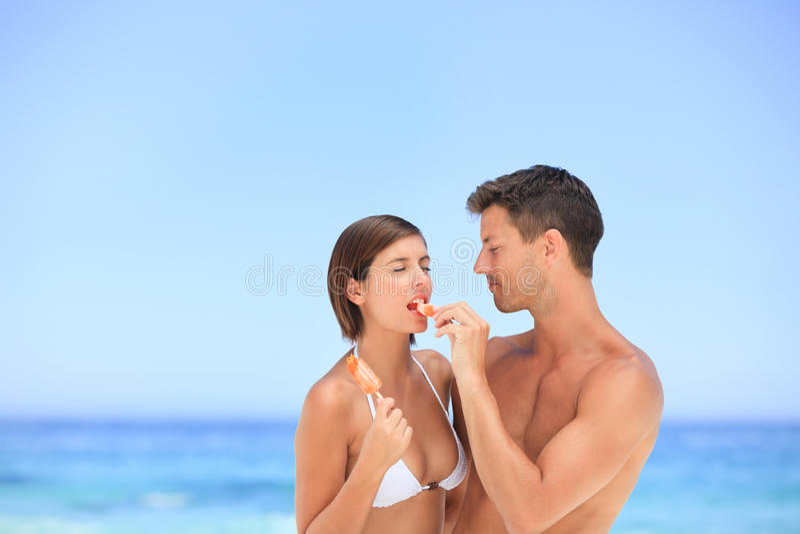 Amoureux mangeant une crême glacée photographie stock