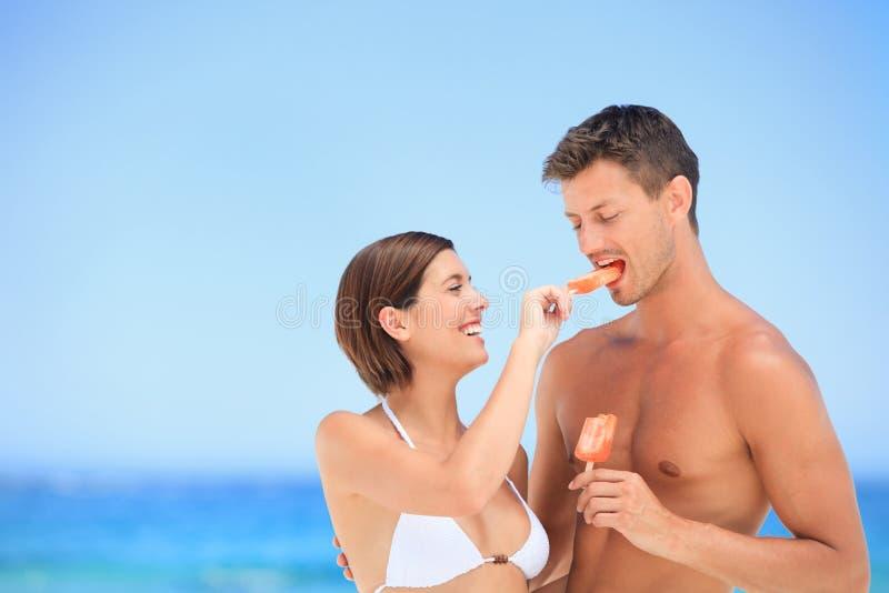 Amoureux mangeant une crême glacée photos libres de droits