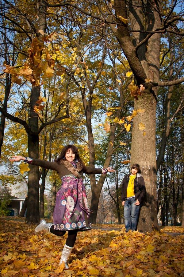 Amoureux pendant l'automne images stock