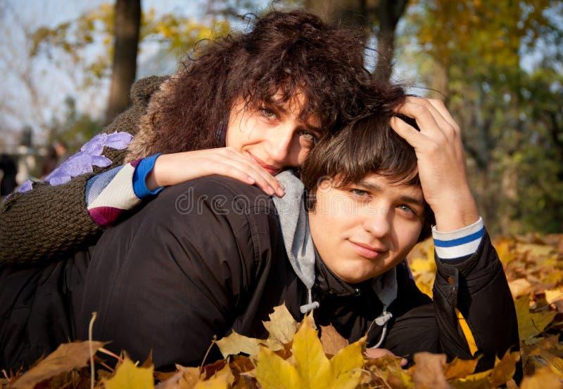 Amoureux pendant l'automne images libres de droits